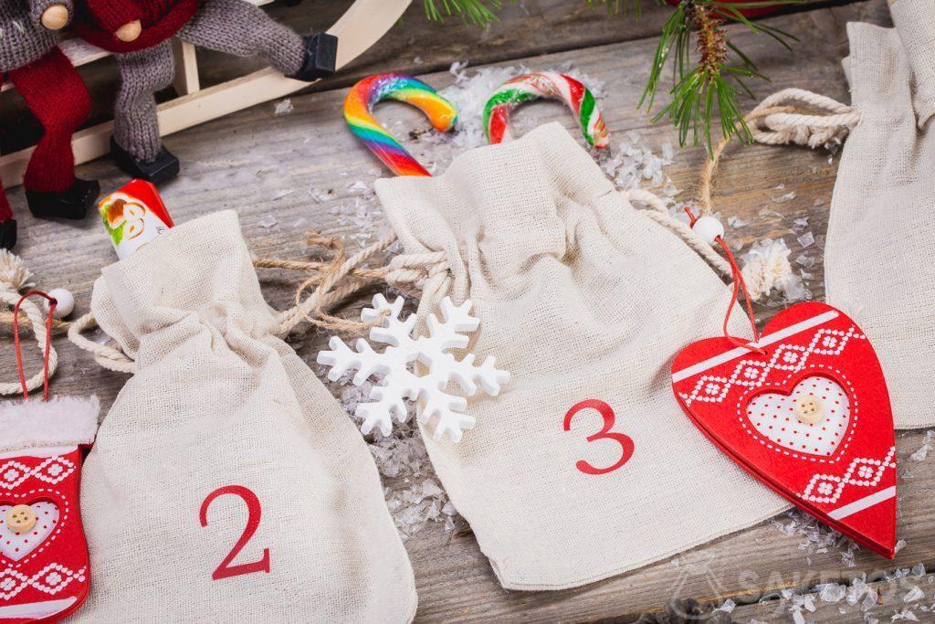 Vous pouvez placer des bonbons, des décorations de Noël, des gadgets d'entreprise ou des échantillons de produits dans des sacs en lin constituant le calendrier de l'Avent!