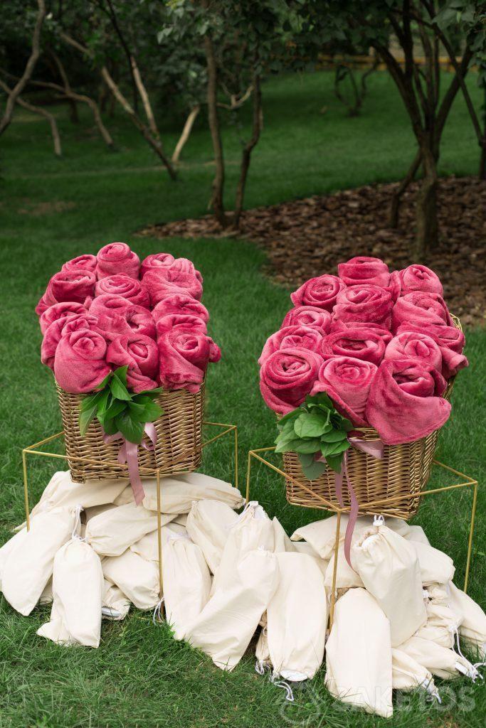 Idées cadeaux pour les invités du mariage - bonbons aux amandes ou figurines d'anges emballés dans un sac en organdi