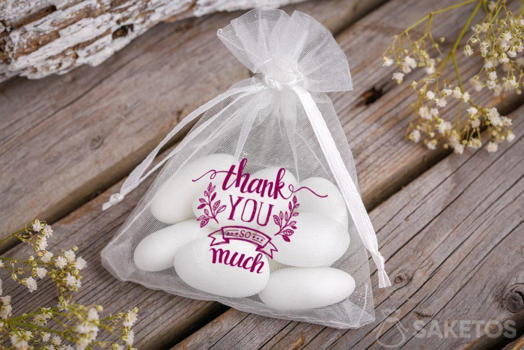 Merci aux invités du mariage - sac d'organza avec des amandes