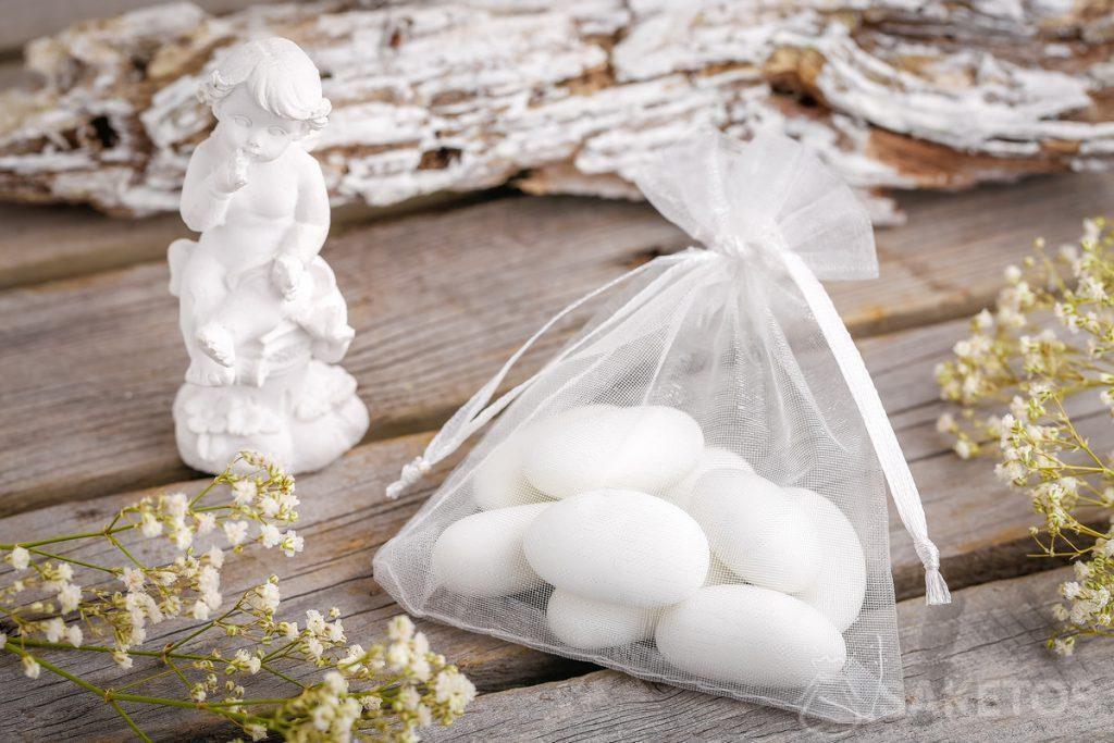 Idées de cadeaux invités mariage - dragées amandes ou figurine d'ange emballés dans un sachet en organdi