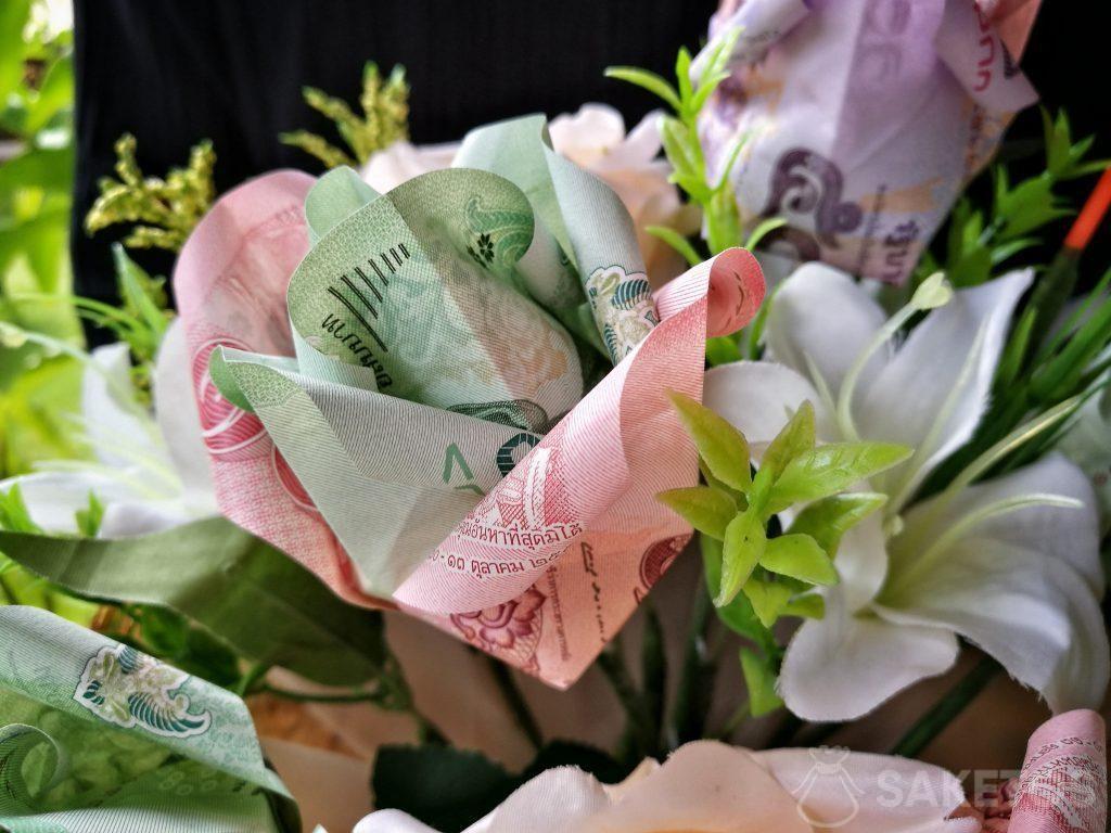 Un bouquet de mariage en fleurs d'origami réalisées avec des billets de banque