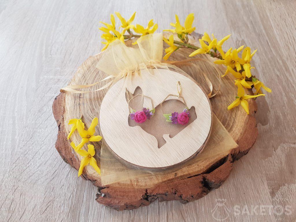 Boucles d'oreille emballées avec un sachet en organdi doré