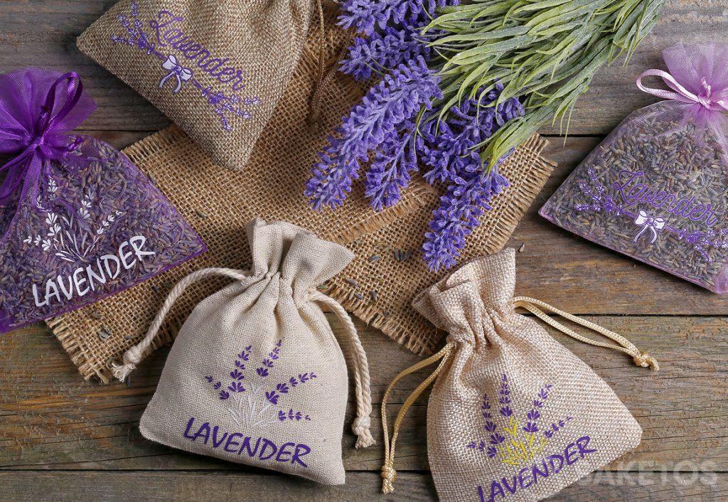 Sachets en organdi, toile de jute et en lin avec une fleur de lavande imprimée et remplie avec des fleurs séchées de lavande