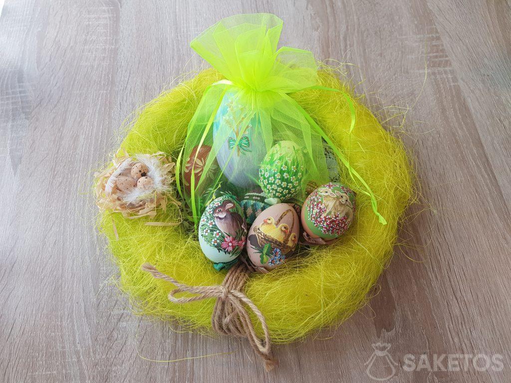 Œufs de Pâques peints à la main dans le sachet en organza vert fluo