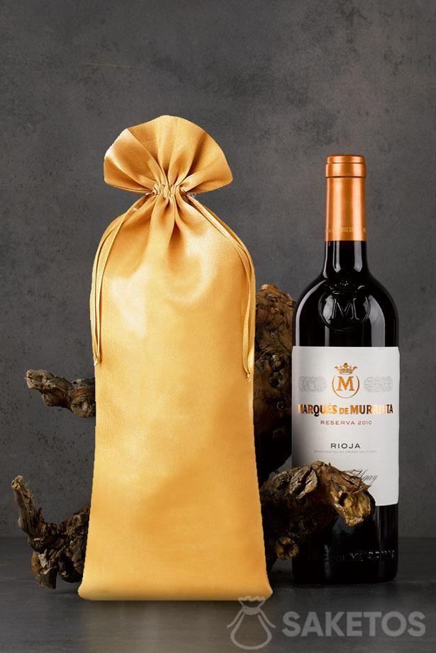 Sachet doré en satin de dimensions 16 x 37 cm comme emballage d'une bouteille de vin