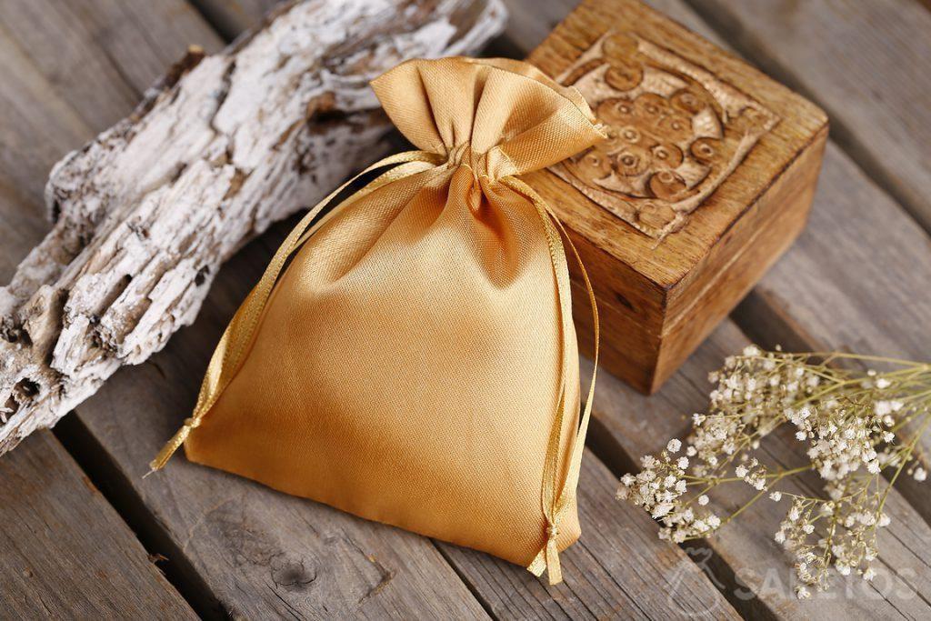 Sachet en satin couleur or comme emballage cadeau