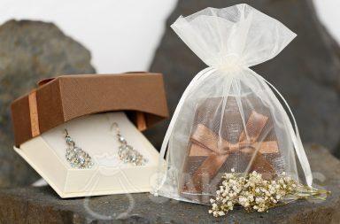 Une boîte à bijoux emballée dans une pochette en organdi