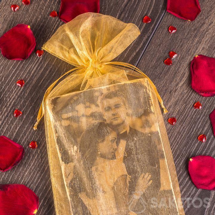 Sachet en organdi élégant dans le rôle d'emballage pour la photo des mariés.