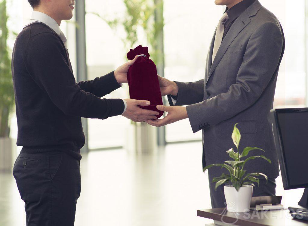 Les cadeaux d'affaires empaquetés dans des sachets en tissu