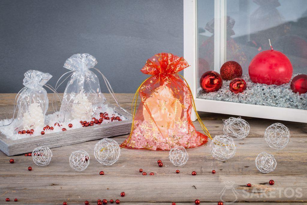 Les bougies de Noël dans des sachets en organdi