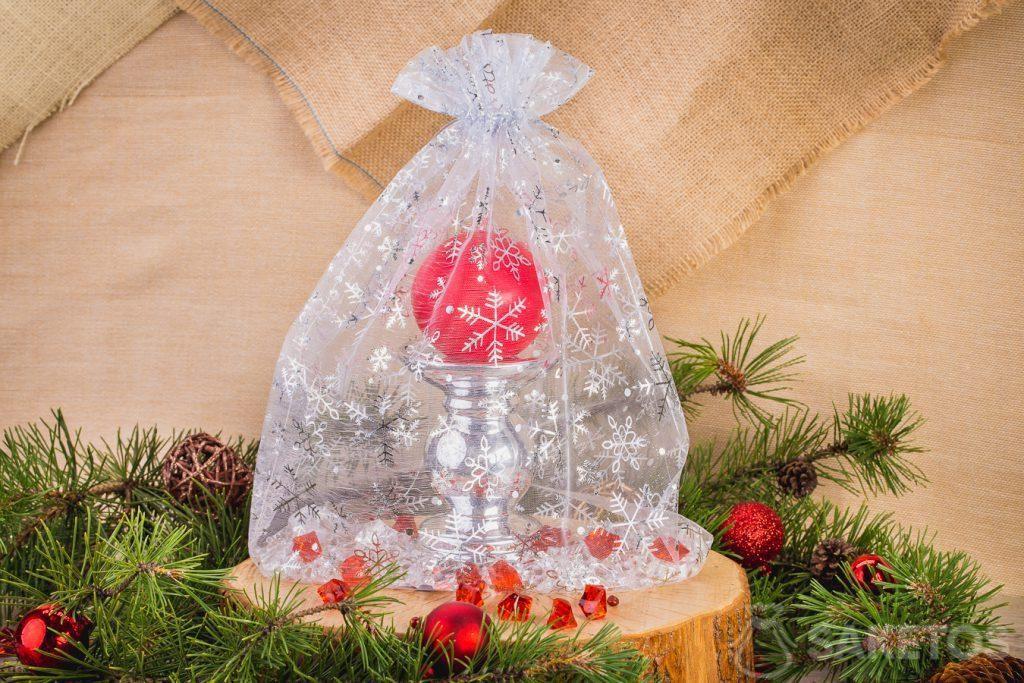 Une bougie dans un sachet de Noël en organdi.