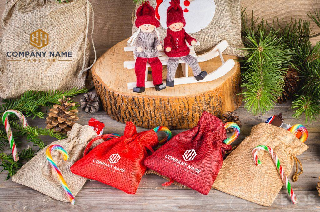 Les sachets de Noël avec le logo de l'entreprise.