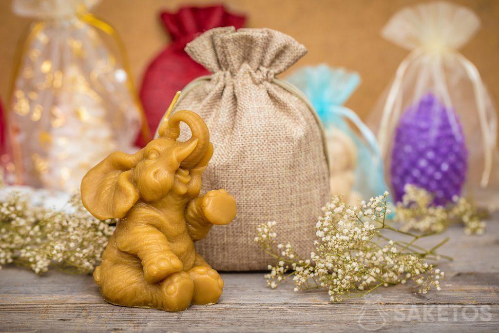 Un sachet pour cadeaux en toile de jute est lui-même une décoration universelle