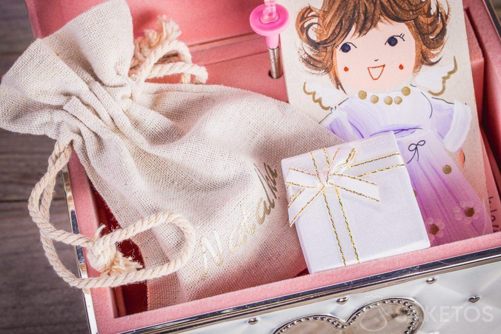Une boîte cadeau contenant de la bijouterie emballé dans une pochette en organdi a un aspect extrêmement élégant.