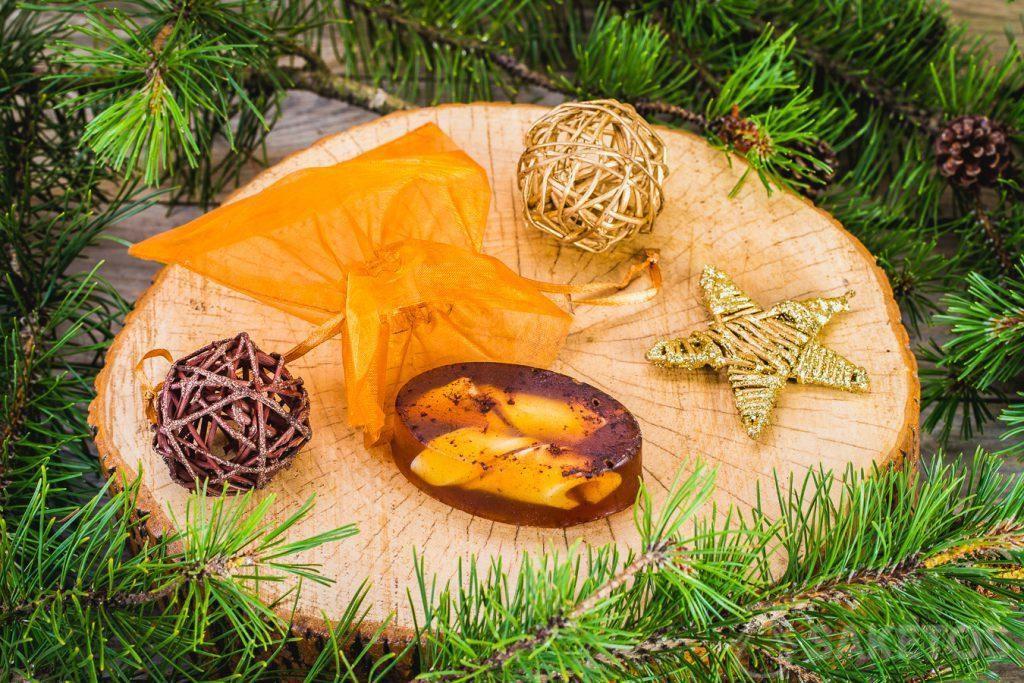 Un savon pour l'hiver et un sachet en organdi doré dans le rôle d'un packaging décoratif.