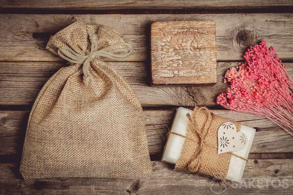 Un sachet en toile de jute pour les produits de beauté naturels comme p.ex. un pain de savon