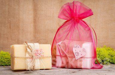Un pain de savon dans une pochette organdi rose.