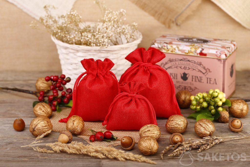 Les sachets rouges en toile de jute sont excellents en tant qu'un emballage pour du thé ou café.