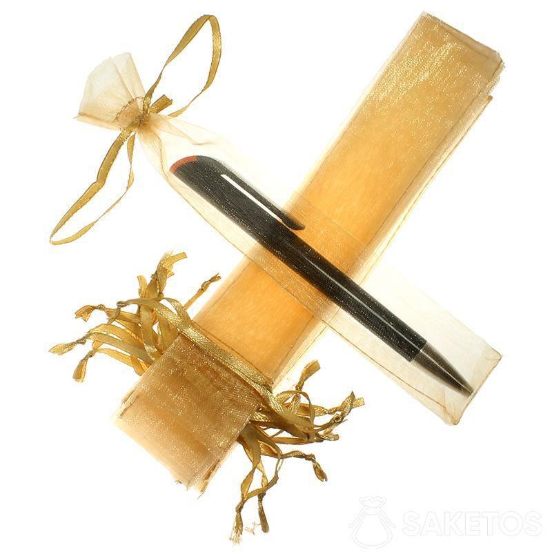 Le sachet pour un stylo confectionné en organdi doré.