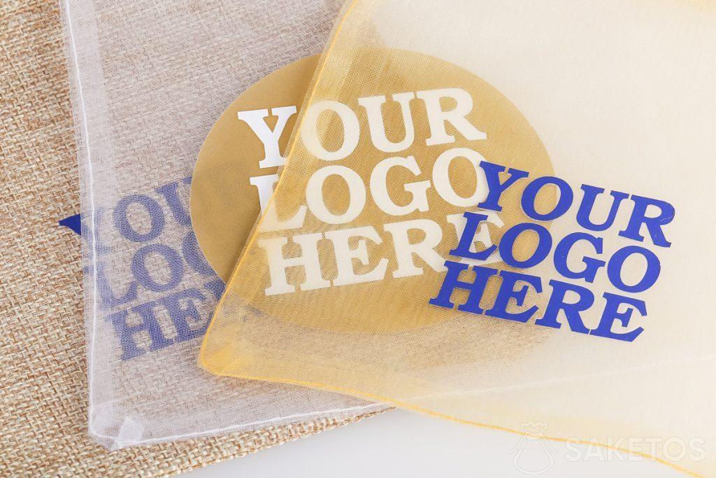 Sacs publicitaires avec le logo de l'entreprise.