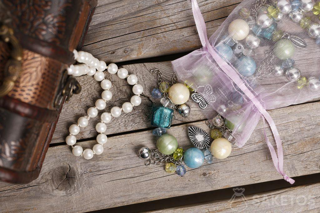Un sachet en organdi pour des coraux et pierres précieuses.