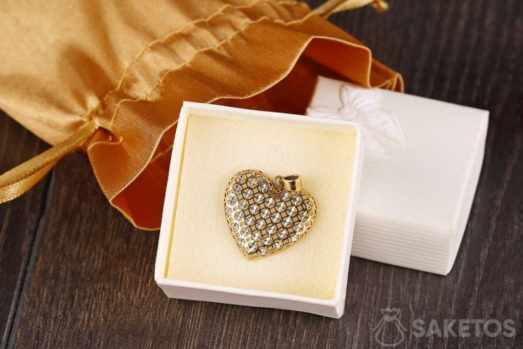 Sachet doré en satin dans le rôle d'un emballage à bijoux