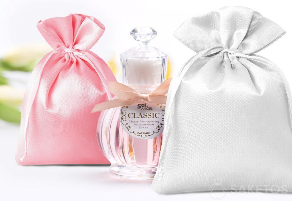 Sachets en satin de couleur rouge et argenté et un petit flacon de parfum décoratif