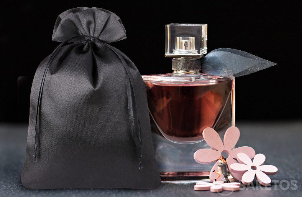 Sachet élégant en satin noir pour parfums