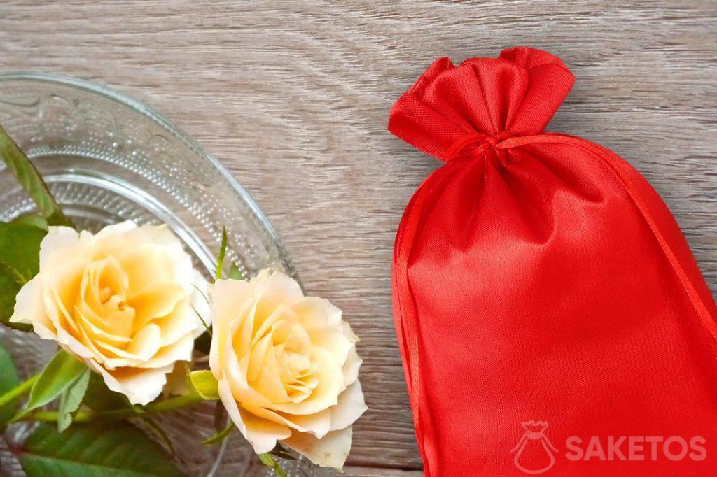 Sachet rouge en satin avec des roses