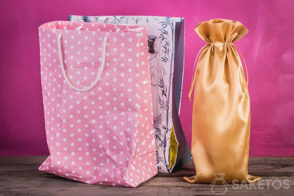 La comparaison d'un sachet cadeau et d'un sachet en tissu