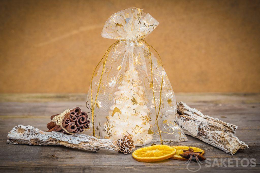 Les sachets de Noël en organdi comme emballage pour bougies