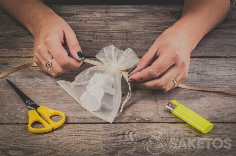 Comment réaliser un nœud de ruban d'un sachet en organdi - pas 2