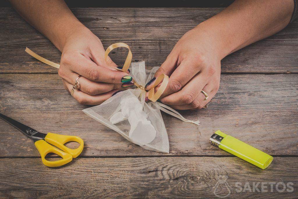 Comment former les deux boucles en réalisant un nœud de ruban - pas 6