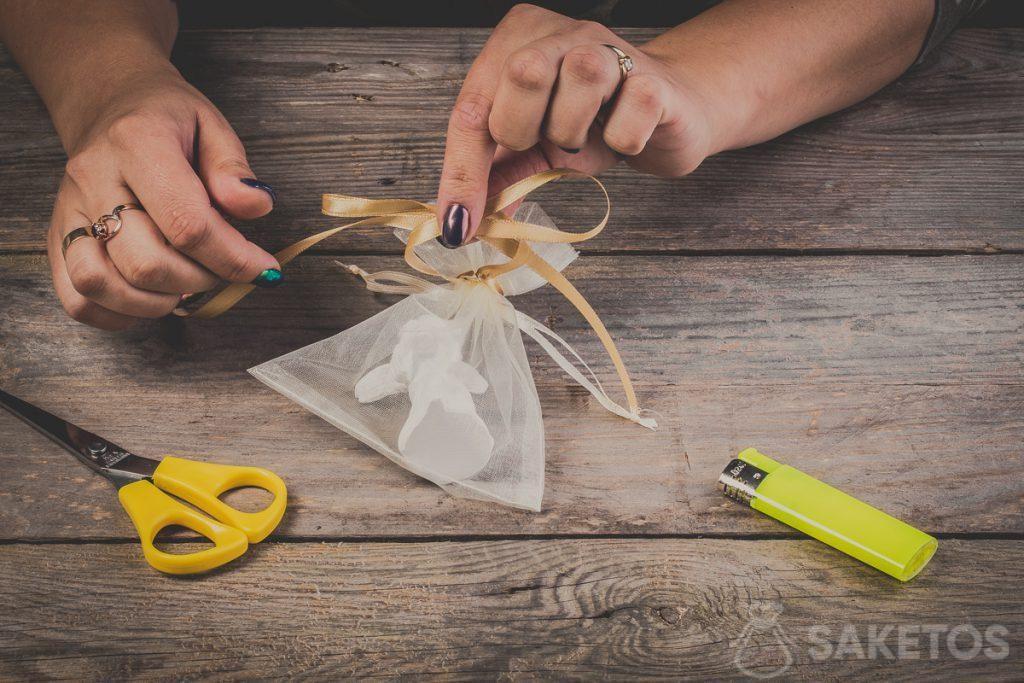 Comment croiser les boucles d'un nœud de ruban - pas 7