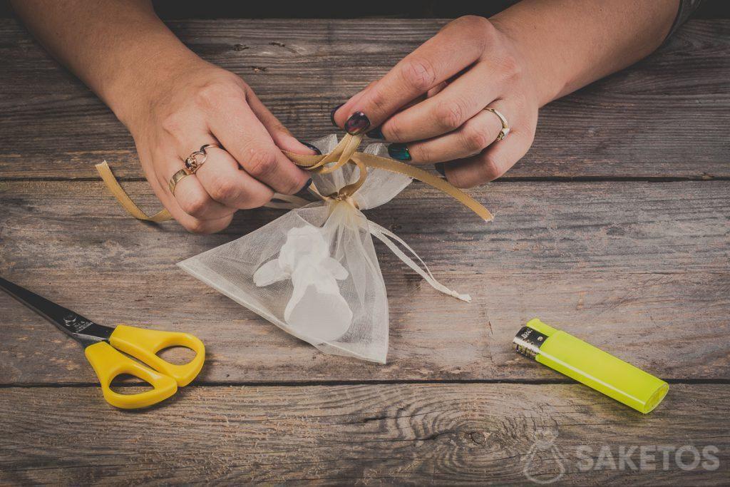 Comment entrelacer les boucles en réalisant un nœud de ruban - pas 8
