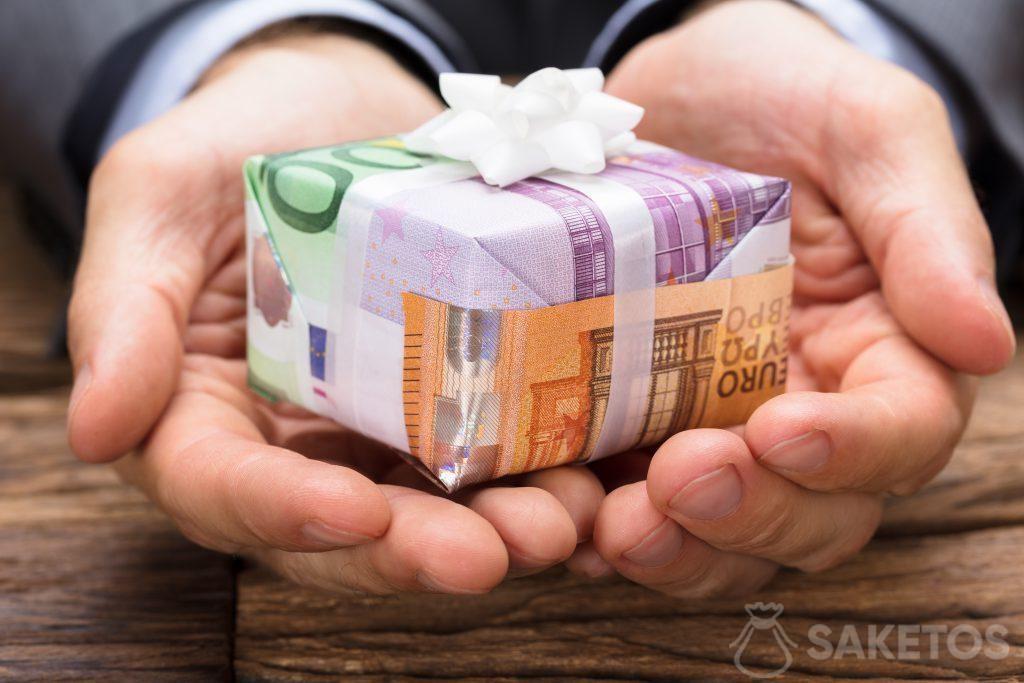 Les billets de banque dans le rôle du papier cadeaux