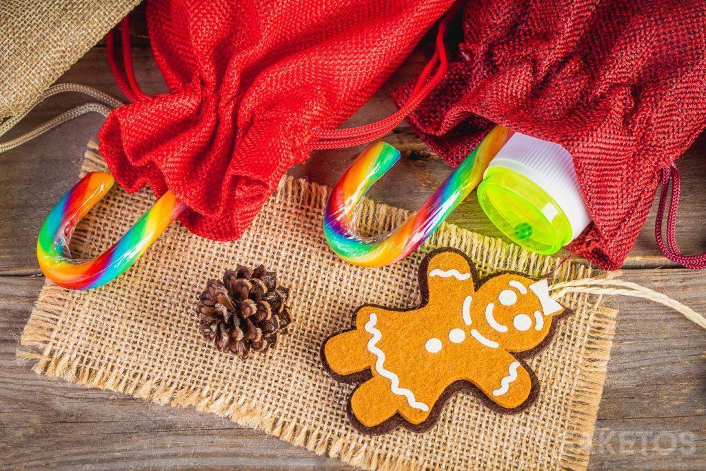 Mettez de petits souvenirs pour les enfants comme des friandises ou de petits jouets, p.ex.: des bulles de savon, dans les pochettes en tissu.