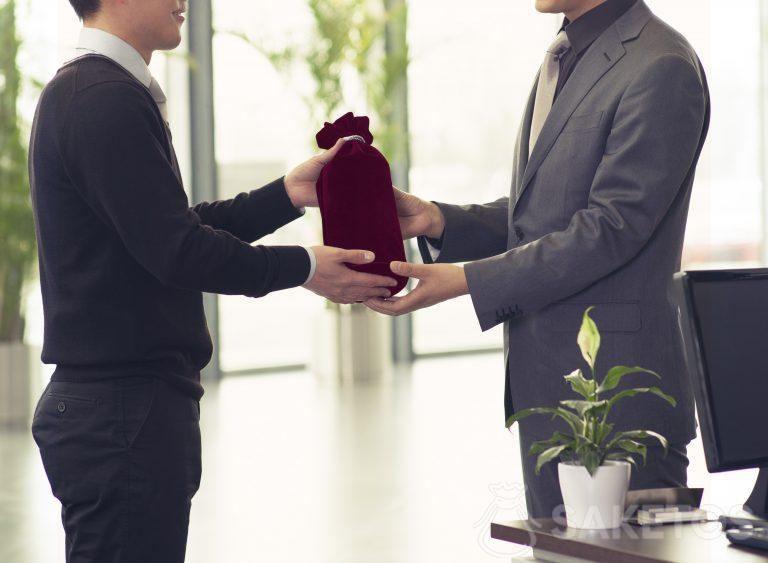 7.L'alcool emballé dans une bourse cadeau en velours