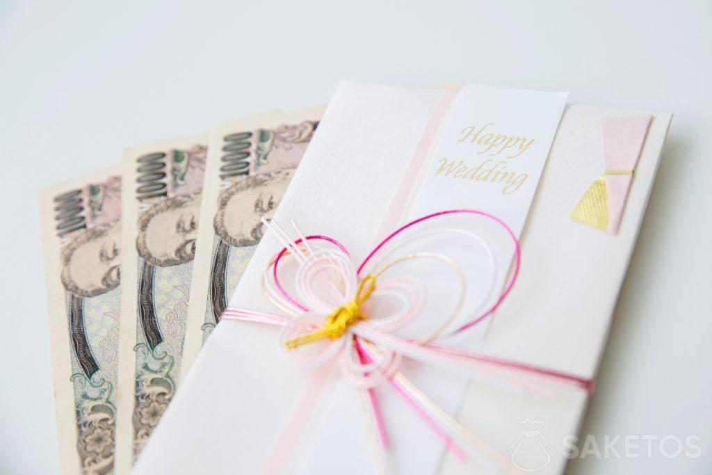 De l'argent mis dans une carte de vœux de mariage