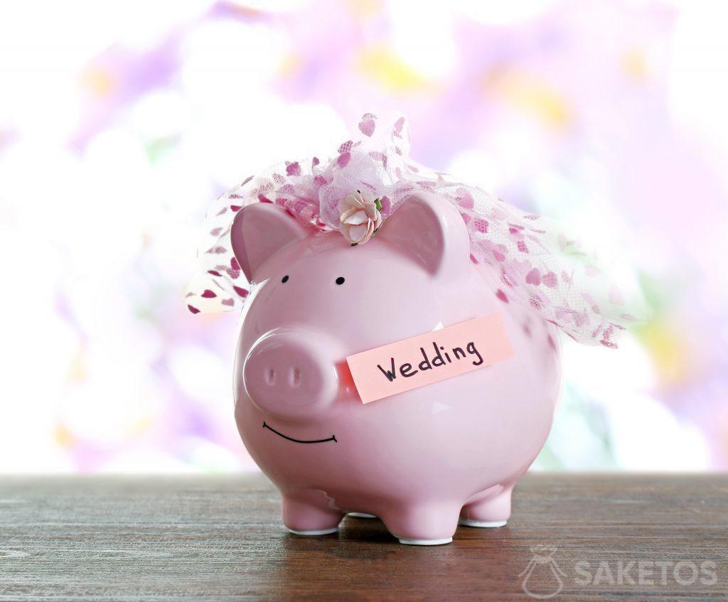 Un cochon-tirelire est un emballage original pour de l'argent offert en cadeau