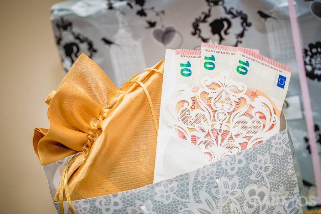 Il vaut la peine d'offrir de l'argent emballé d'une façon élégante