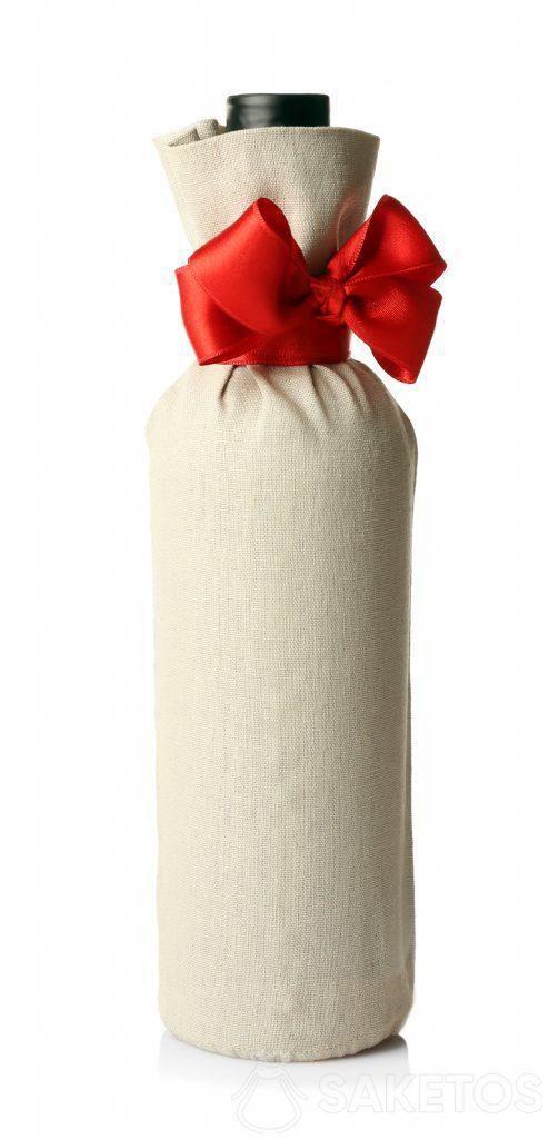 5.Une bouteille d'alcool emballé dans un sachet cadeau en lin avec un ruban rouge.