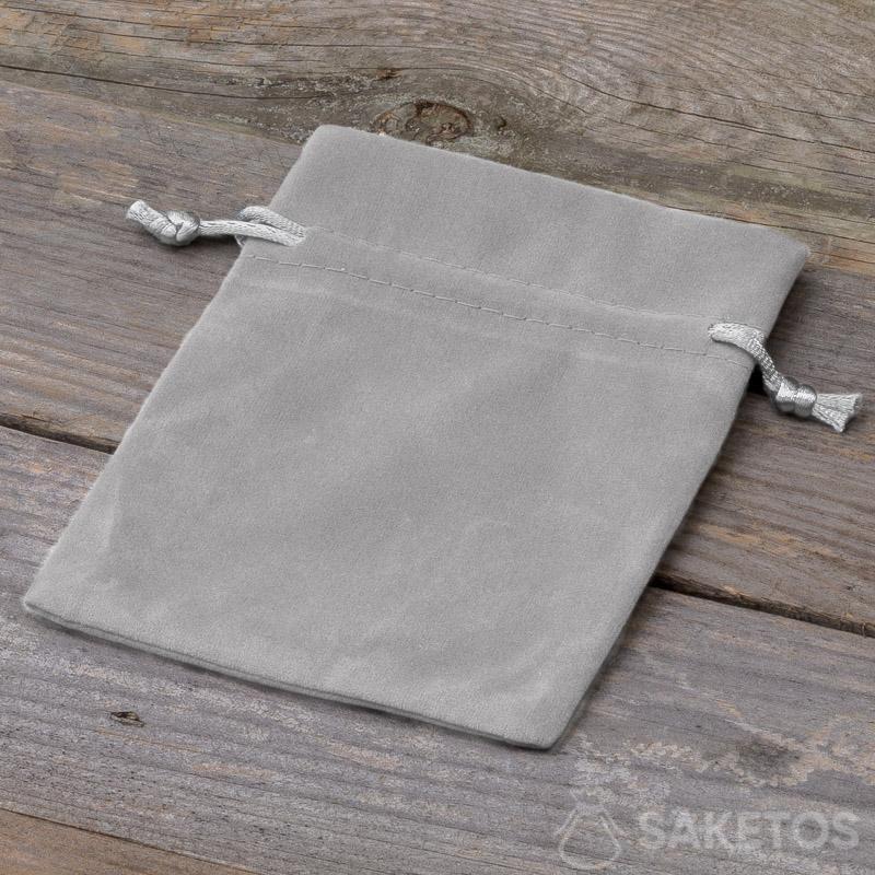 Un sachet décoratif en velours gris