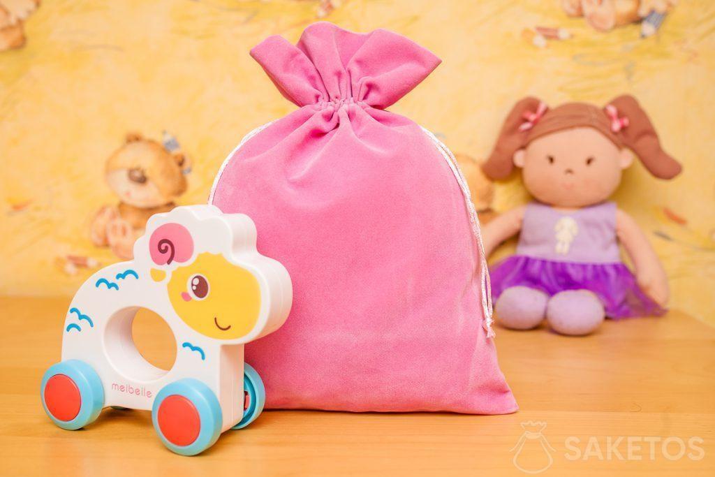 Les sachets en tissu de velours sont parfaits pour ranger des jouets d'une manière esthétique.