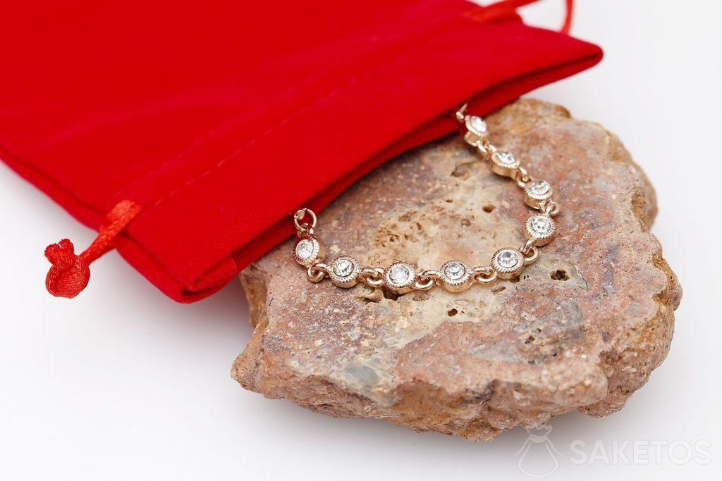 Une pochette à bijoux rouge en velours