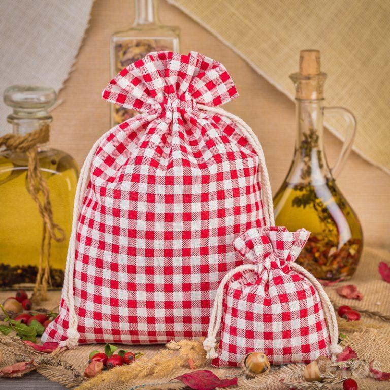 Les sachets tendance en lin à carreaux rouges sont une excellente décoration du plateau de cuisine ou de l'étagère