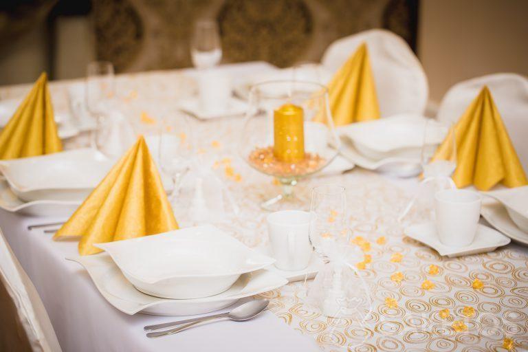 3.Une décoration de table aux teintes blanches et or