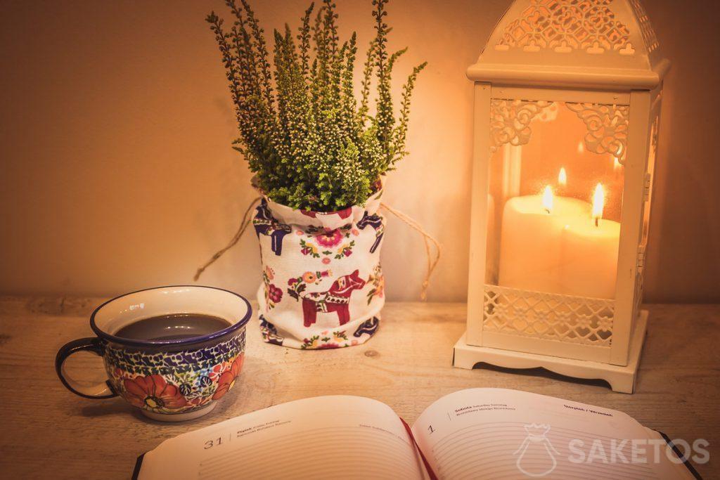 6.Une table décorée avec un lampion déco et un sachet en lin utilisé comme un cache-pot à fleurs