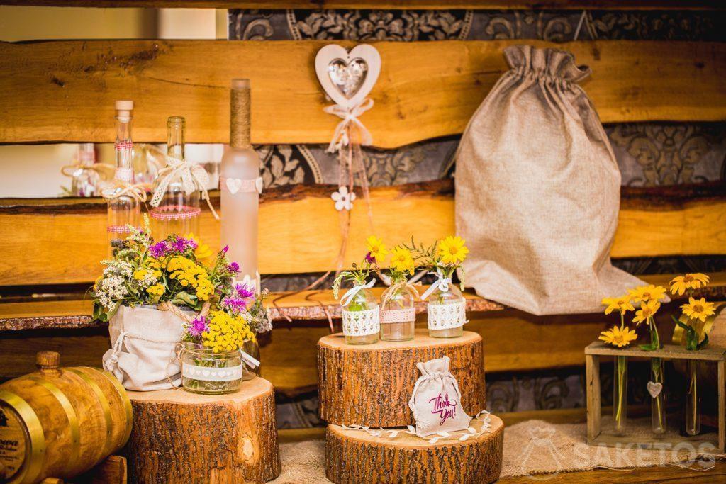 7.Les pochettes décoratives en lin et en toile de jute au style rustique pour une table de mariage