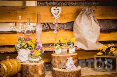 7. Les pochettes décoratives en lin et en toile de jute au style rustique pour une table de mariage